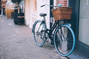 rower miejski przed budynkiem